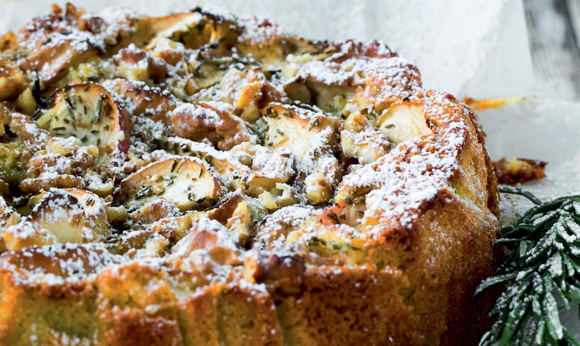 Skøn æblekage med valnødder og rosmarin